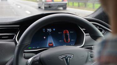 """第一个Tesla增强了""""大约三周""""的自动驾驶仪功能"""