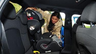 英国在后面的儿童汽车席位法律上进行欧盟